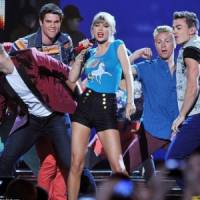 7 Hilarious Videos of Taylor Swift Dancing ...