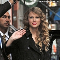 5 Photos of Taylor Waves Back ...