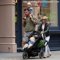 "4 Photos of Naomi and Liev ""Giggle"" with Sons ..."