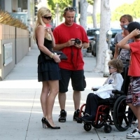 12 Photos of Paris Hilton Posing with a Family of Fans...