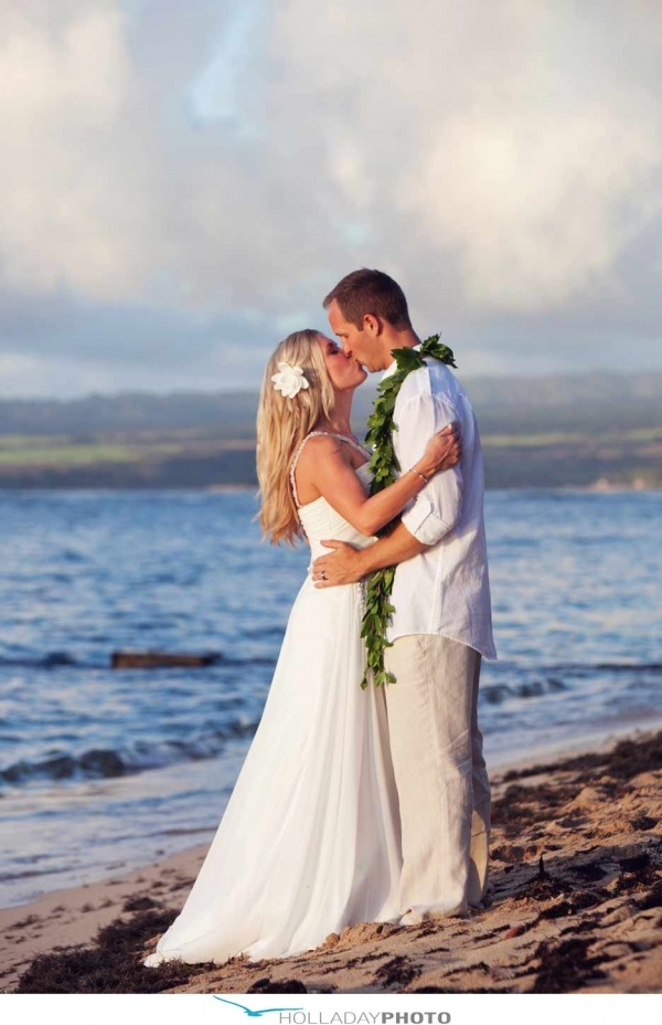 7 fun hawaiian wedding ideas for tying the knot in for Wedding dresses for hawaii