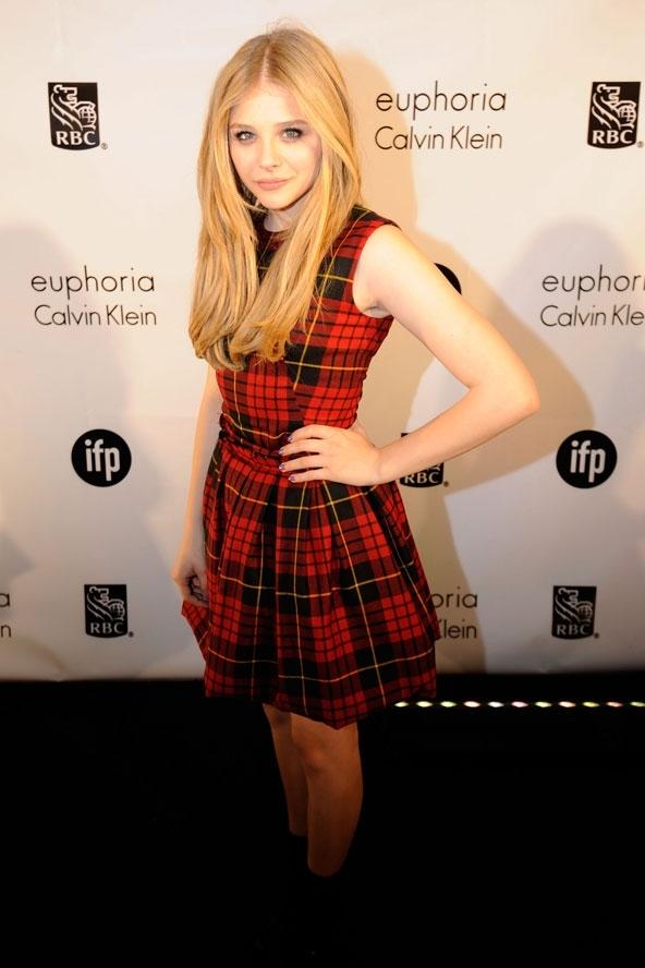 Chloe memilih untuk terlihat lebih rock'n'roll dengan memadukan gaun tartan ini dengan ankle boots pendek. Makeup segar dan santai gaya ...