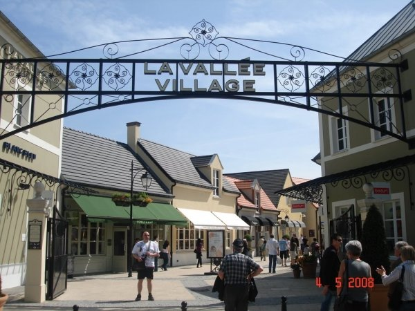 7 chic outlet shopping destinations that are perfect for a - Val d europe village horaire ...