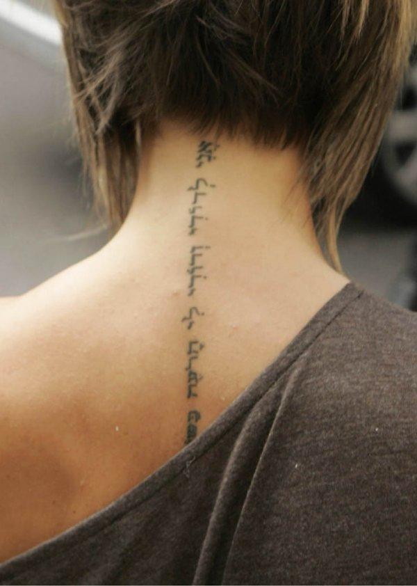 Татуировка на шее для девушек надпись