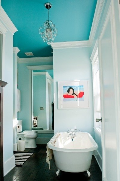 Focus on the ceiling 7 chic ideas for redecorating your for Redecorating a small bathroom