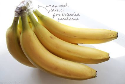 Wrap the Crown of a Bunch of Bananas with Plastic Wrap and They'll Last 3-5 Days Longer than Usual