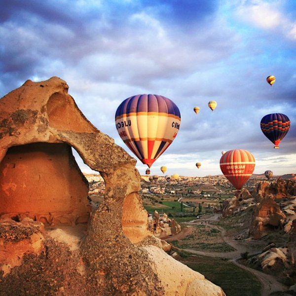 hot air balloon,hot air ballooning,aircraft,vehicle,atmosphere of earth,