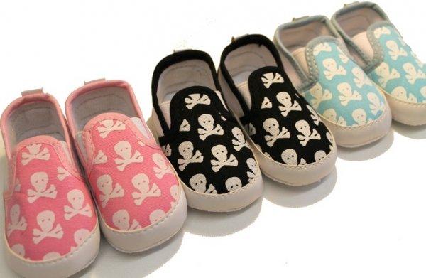 footwear,shoe,product,slipper,font,