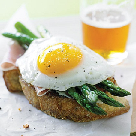 Egg Sandwich with Asparagus and Prosciutto...