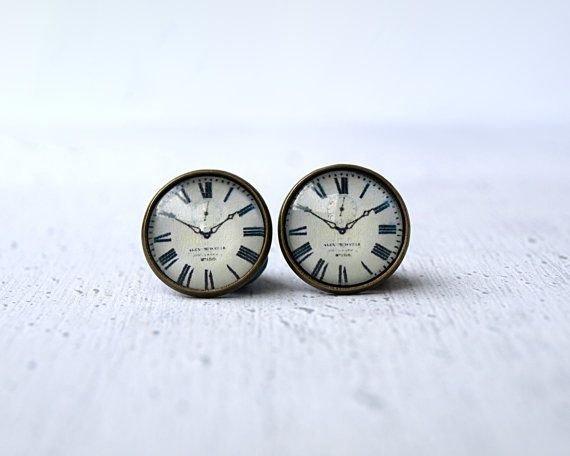 clock,watch,fashion accessory,locket,hand,