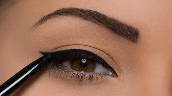 Trace a Cat Liner Line along the Base of the Upper Lashes