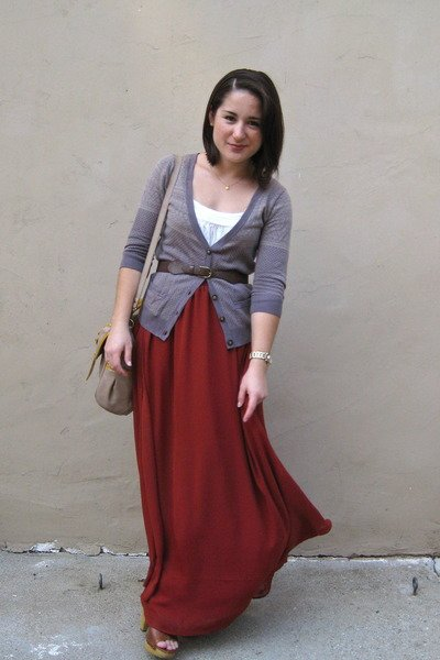 A Belted Cardigan Gives a Maxi Skirt the Perfect Date Night Vibe -…