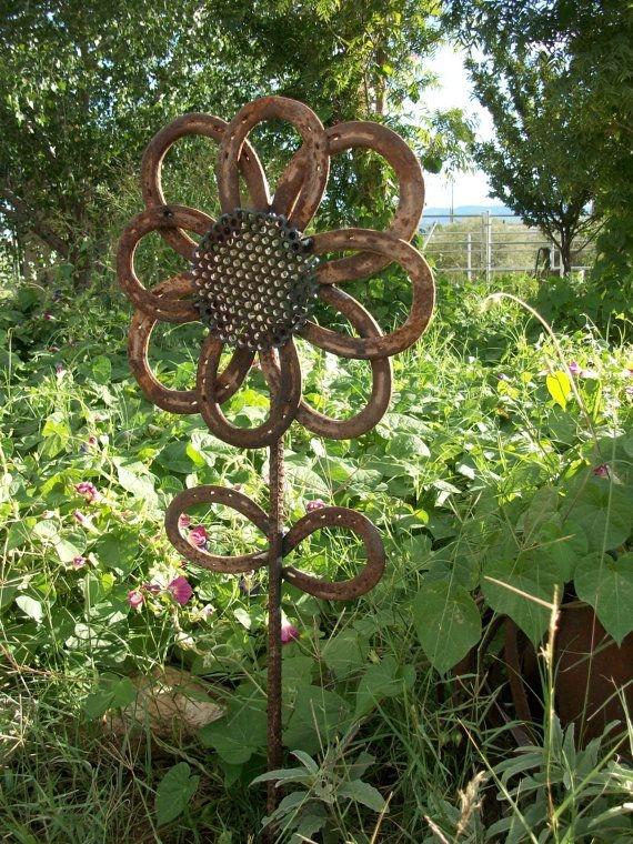 17 rustic horseshoe sunflower 37 horseshoe crafts to for Welded garden art designs