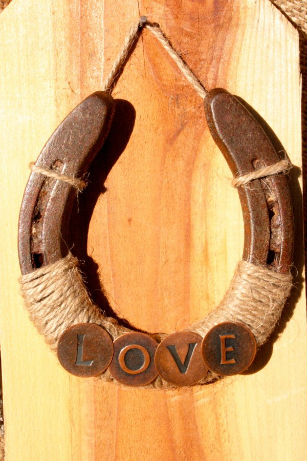 37 horseshoe crafts to try your luck with diy for Wooden horseshoes for crafts