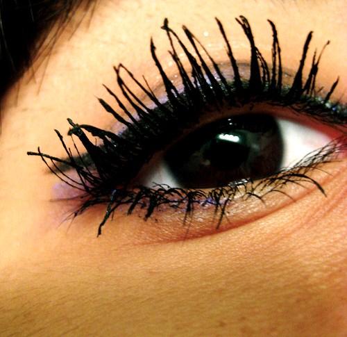 how to fix clumpy mascara on eyelashes