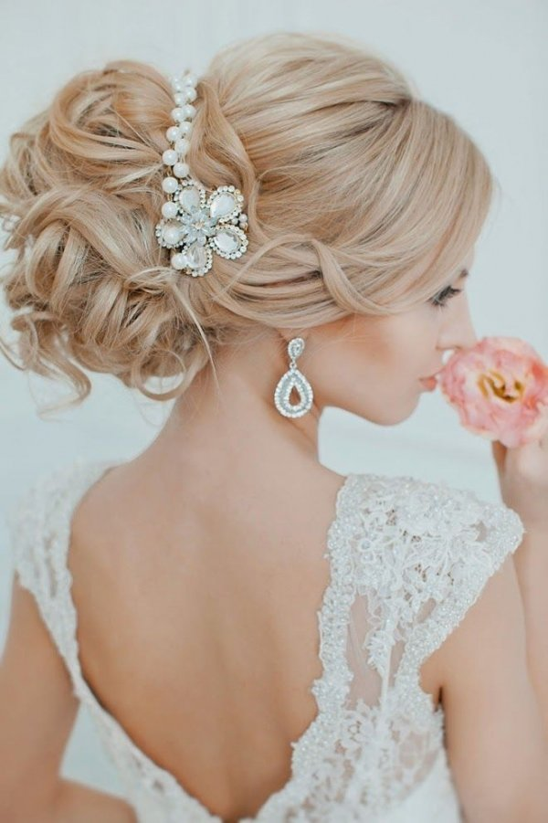 hair,bridal accessory,bride,clothing,bridal veil,