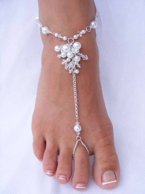 jewellery,leg,fashion accessory,finger,barefoot,