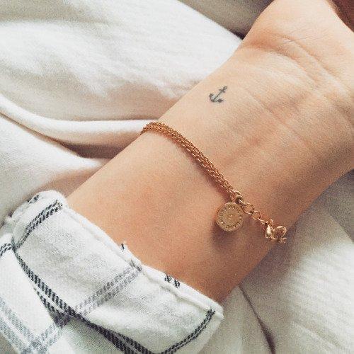 bracelet,jewellery,fashion accessory,arm,leg,