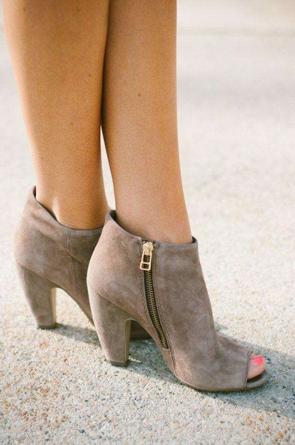 footwear,shoe,high heeled footwear,leg,spring,