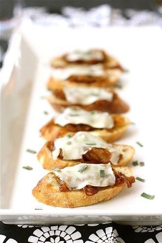 37. Bruschetta con balsámicas cebollas caramelizadas, queso fundido ...