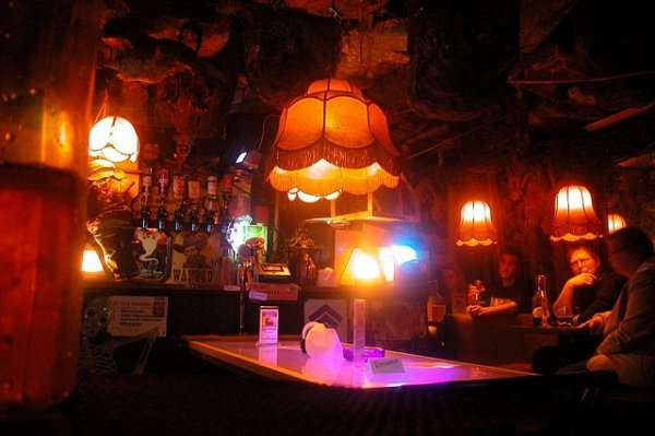 berlin das klo bar 7 bizarre bars around the world you need to. Black Bedroom Furniture Sets. Home Design Ideas
