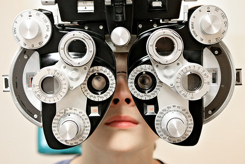 how to become and eye doctor