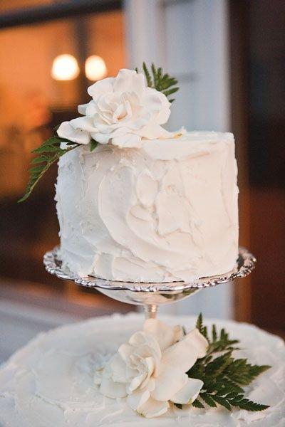 wedding cake,buttercream,icing,flower,petal,