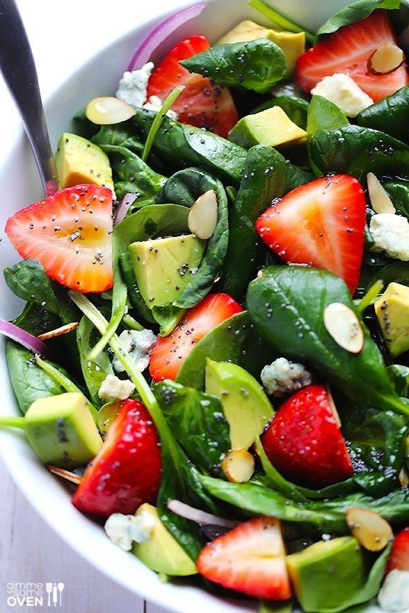 Салат авокадо с клубникой