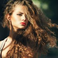 Here is How to Tame That Summer Frizz ...