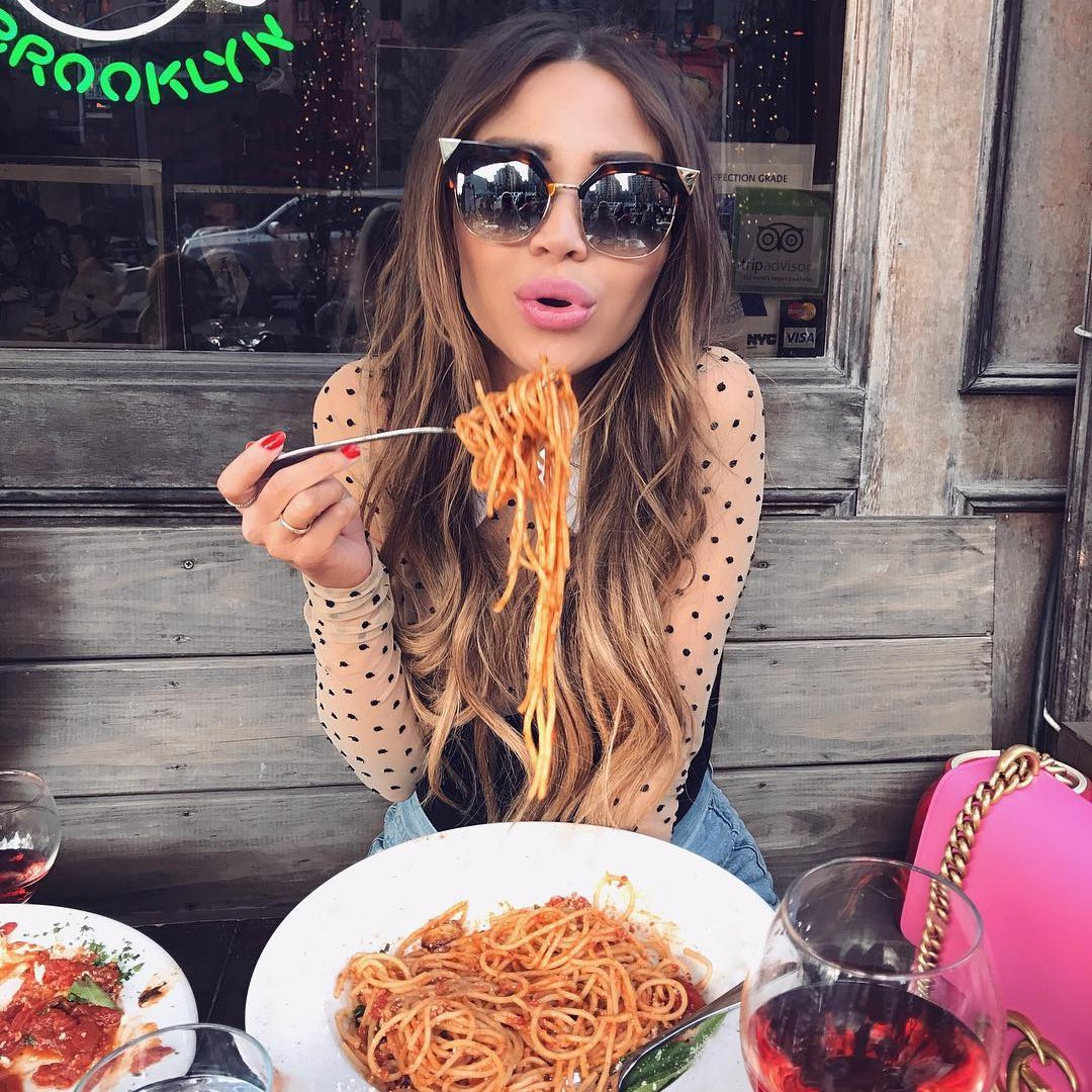 The Best 💯 Ways to Eat 🍴 Messy Foods 🍣 on a Date 💓 ...