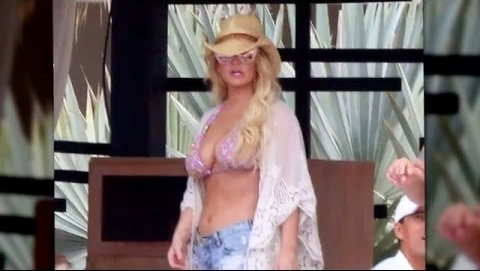 Jessica Simpson Flaunts Irresistible Bikini Body in Mexico 🎥