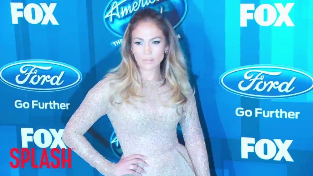 Jennifer Lopez and Marc Anthony Kiss at Latin Grammy Awards 🎥