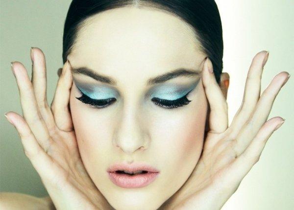 Apply Eyelash Glue Cleanly