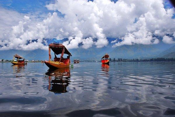 Stay in a Shikara on Dal Lake
