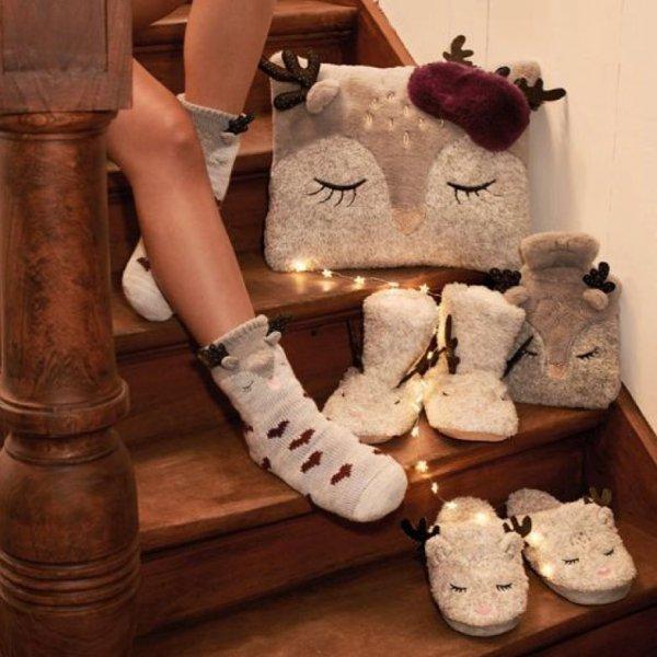 footwear, shoe, fur, flooring, human leg,