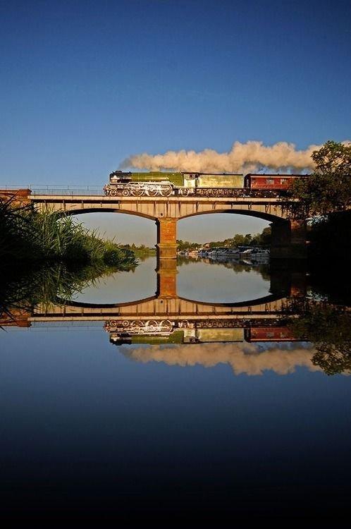 sky,reflection,water,horizon,landmark,
