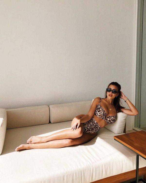 Shoulder, Leg, Furniture, Sitting, Photo shoot,