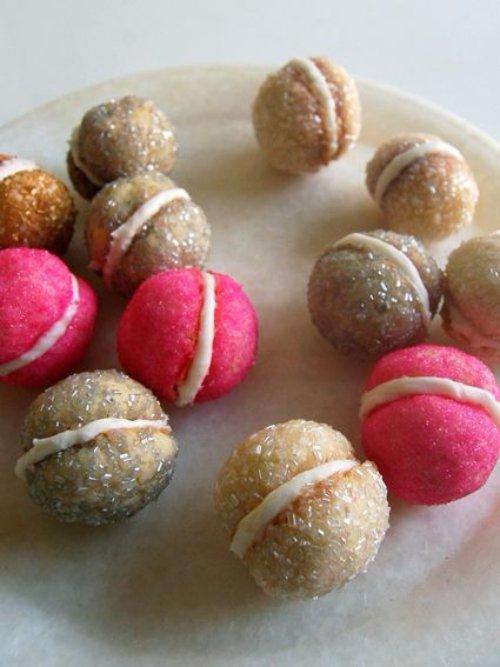 macaroon,food,dessert,chocolate truffle,dish,