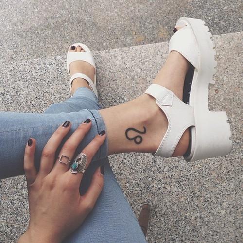 leg, footwear, arm, thigh, hand,