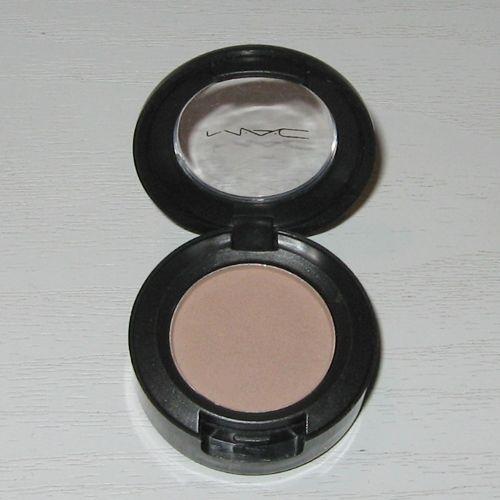 eye,eye shadow,powder,organ,cheek,