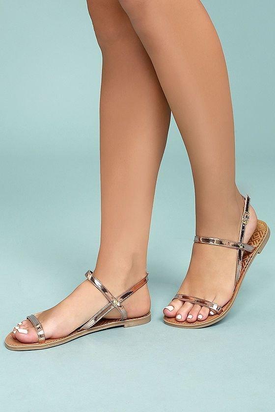 Footwear, Human leg, Leg, Sandal, Ankle,