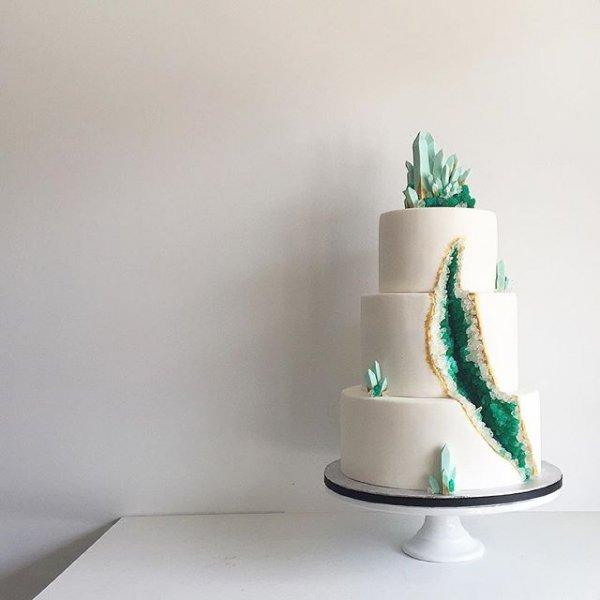 white, green, wedding cake, lighting, cake decorating,