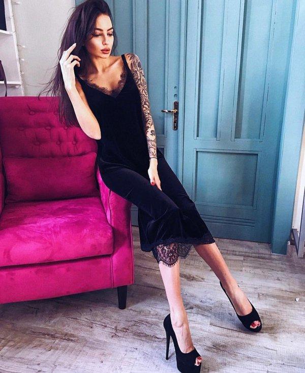 clothing, leg, high heeled footwear, footwear, thigh,