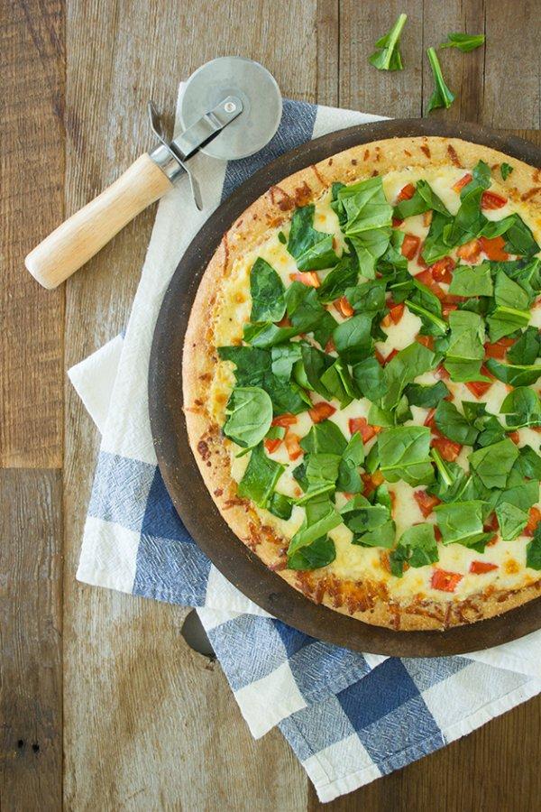 Easy Spinach & Tomato Pizza with a Creamy Garlic Sauce