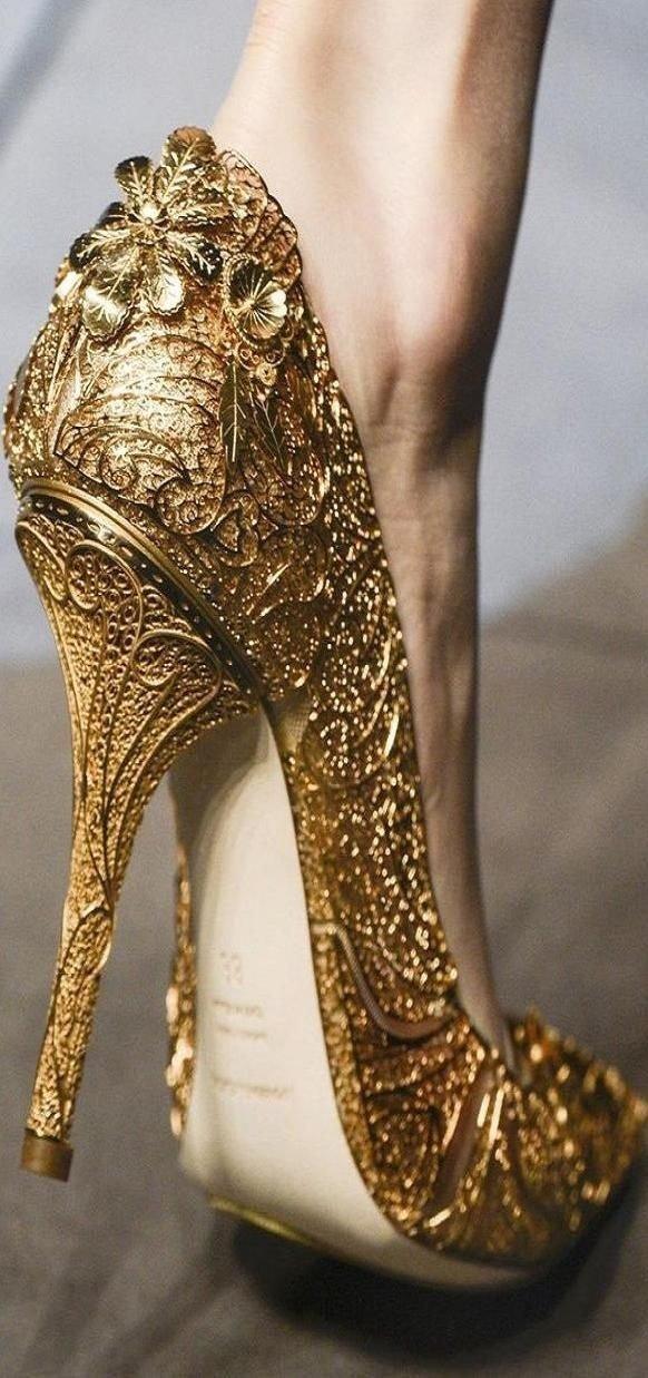 footwear,high heeled footwear,leg,shoe,human body,