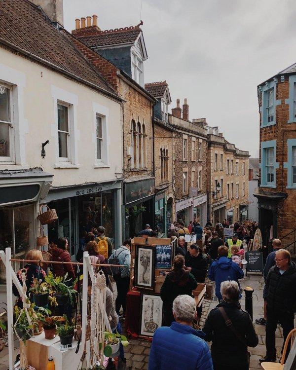Town, Neighbourhood, Human settlement, Street, Public space,