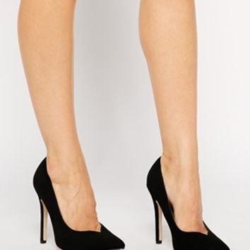 footwear,shoe,leg,high heeled footwear,leather,